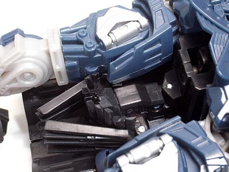肩収納部とヒゲ